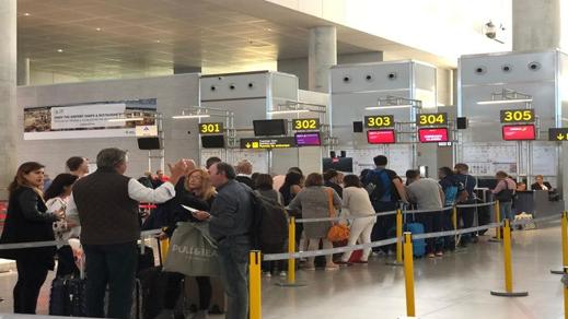 أغلبهم من الريف.. 129 مسافرا عالقين بمطار مليلية بسبب أعطاب فنية في الطائرة