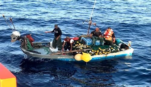 خفر السواحل الاسباني ينقذ صيادين من الحسيمة تعرض قاربهم لعطب في المحرك