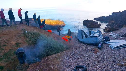 بالصور.. مياه الدريوش تقذف بقارب للهجرة السرية على متنه 53 مهاجرا سريا بينهم يمني ومغربي