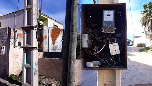 """موزّعات كهربائية مكشوفة الأسلاك موزعة بأرجاء بلدة """"بني شيكر"""" تُهدّد سلامة المواطنين"""