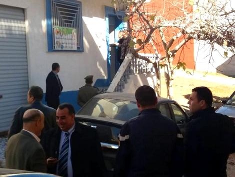 """بعد شكاوي المواطنين.. سلطات إمزورن توقف """"راقيا شرعيا"""" وتصادر معداته وتغلق محله"""