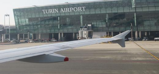 """مهاجر مغربي يوقف حركة الطيران في مطار """"تورينو"""" احتجاجا على قرار ترحيله"""