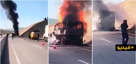 شاهدوا.. النيران تلتهم حافلة للمسافرين انطلقت من الناظور