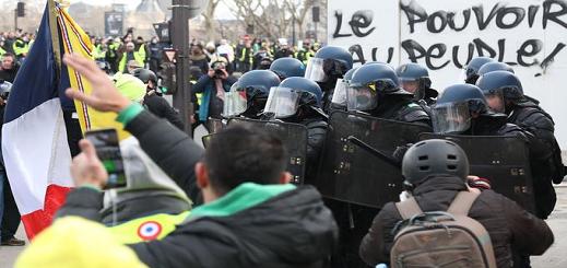 بالفيديو.. أعمال عنف واسعة رافقت إحتجاجات السترات الصفراء في العاصمة باريس