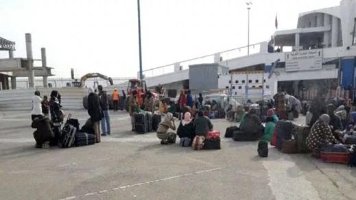 """فوضى وتسيب يخيمان على موسم هجرة """"عاملات الفراولة"""" بالميناء"""