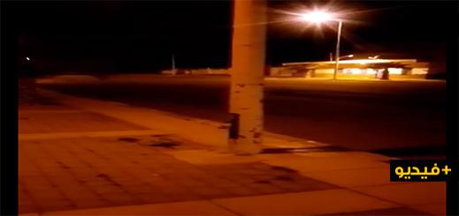 غريب بالفيديو.. شاهدوا كيف يتحكّم أي مواطن في إشعال وإطفاء الإنارة العمومية بمدينة ميضار