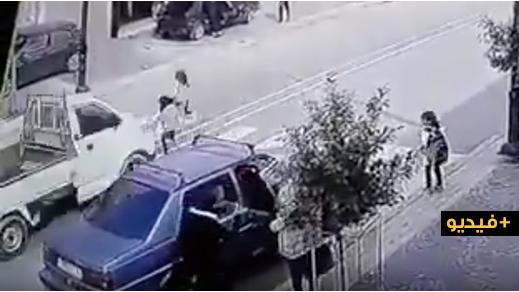 شاهدوا.. سائق طائش يدهس طفلة ويجرها لمسافة طويلة بإمزورن