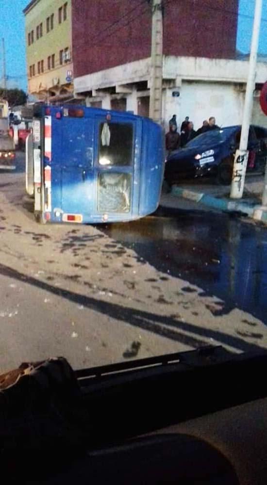 انقلاب سيارة محملة بزيت الزيتون وسط مدينة العروي