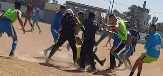صور.. اعتداء وحشي على حكم مغربي من طرف  فريق في بطولة الهواة يزلزل الفايسبوك