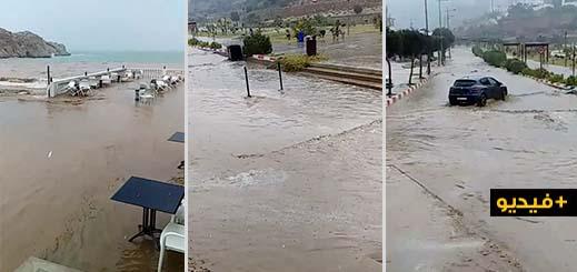 شاهدوا.. تساقطات مطرية مهمة تحول مدينة الحسيمة إلى بركة مائية