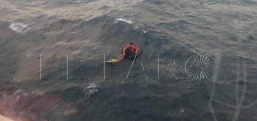 """شاهدوا بالفيديو.. باخرة ركاب تنقذ مهاجرا مغربيا حاول """"الحريك"""" الى اسبانيا عبر إطار منفوخ بالهواء"""