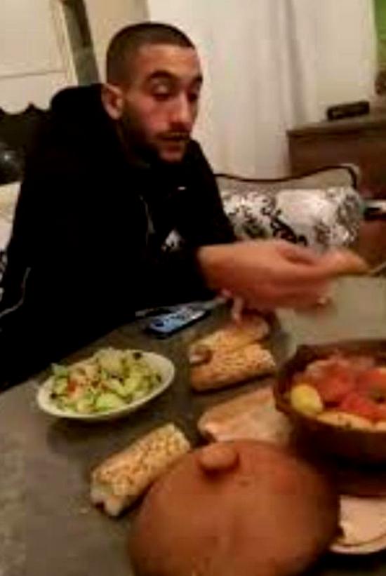"""صورة """"وجبة الطاجين"""" للنجم الريفي حكيم زياش مع والدته تشعل مواقع التواصل الاجتماعي"""