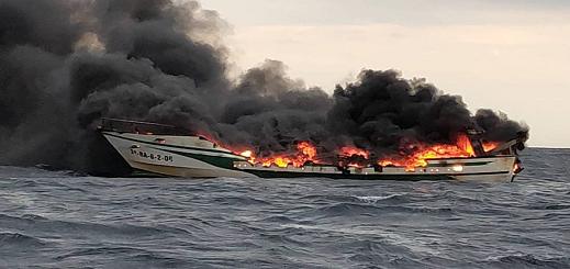 بالفيديو.. مصرع بحار مغربي إثر إندلاع حريق مهول في سفينة صيد بمدينة خيرونا