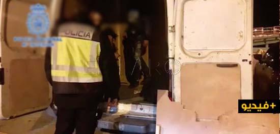 شاهدوا بالفيديو.. توقيف 4 مغاربة مختبئين داخل سيارة لنقل البضائع حاولوا العبور الى إسبانيا