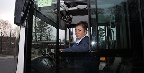 حكيمة أوعميرى...  سيدة الحافلات التي فرضت نفسها في مهنة ظلت حكرا على الرجال