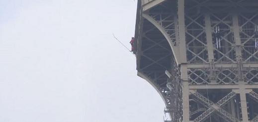 بالفيديو.. إخلاء برج إيفل في العاصمة باريس وتطويقه أمنيا بعد رصد رجل مشبوه يتسلقه