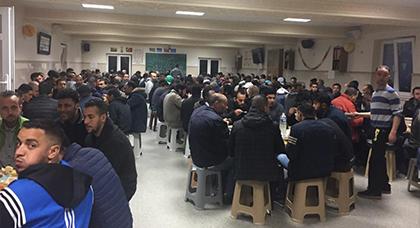 """لجنة مسجد """"المتقين"""" ببروكسيل تقيم مائدة إفطار لتعزيز التكافل والتآزر الرمضاني"""