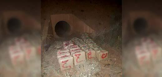 توقيف شخصين أسفر عن العثور على 24 حزمة من الحشيش مخبأة بقناة للصرف الصحي