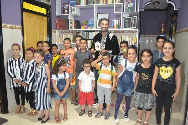 """الدريوش.. مؤسسة لتعليم اللغات والإعلاميات تُكرم البطل العالمي في """"الكيك بوكسينغ"""" عزيز قلاح"""