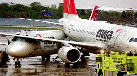 """إحداهما كانت قادمة لإسبانيا.. اصطدام طائرتين في مطار """"سخيبول"""" بهولندا"""