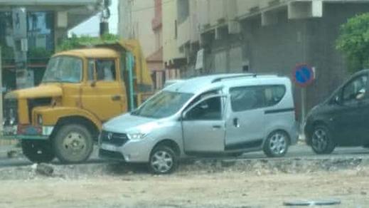عشوائية الأشغال العمومية بالعروي تتسبب في خسائر مادية لسيارة مدنية