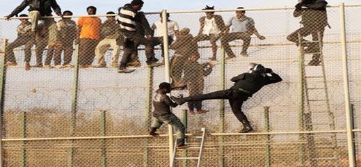 حوالي 200 مهاجرا افريقيا يقتحمون السياج الفاصل بين مليلية والناظور