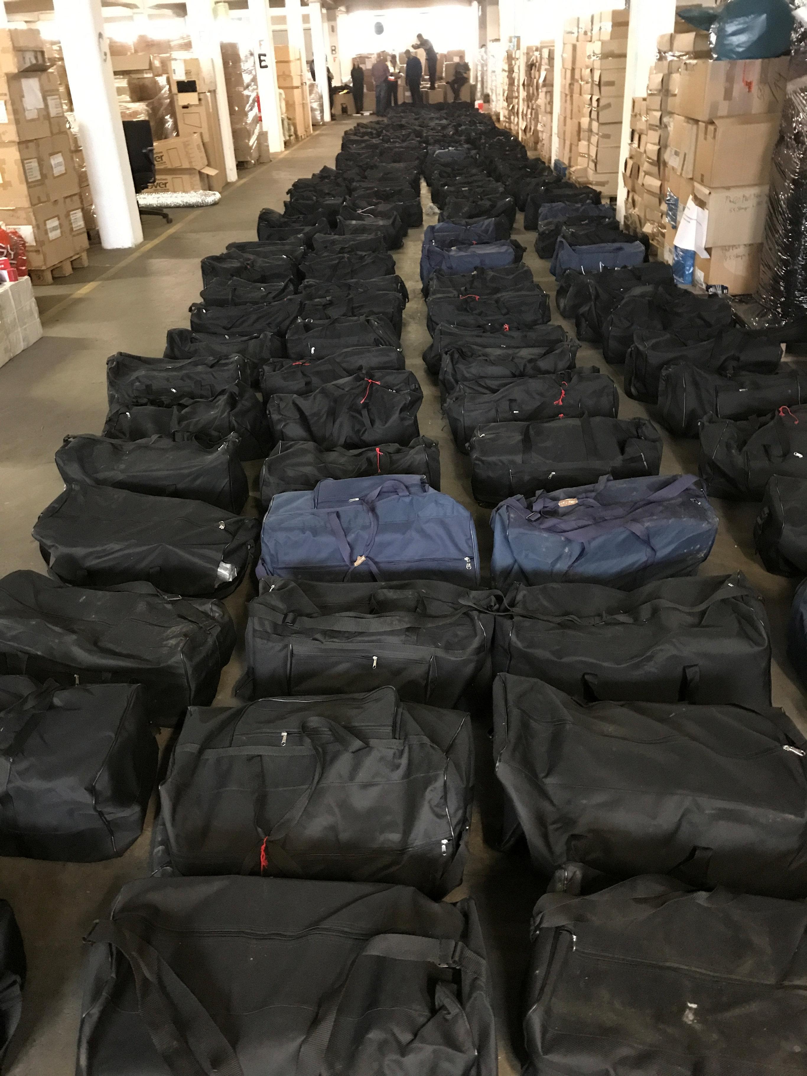 شاهدوا.. العثور على 221 حقيبة رياضية داخلها 4.5 طن من الكوكايين في هامبورغ بألمانيا