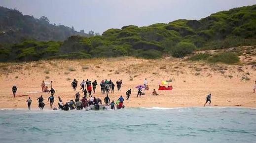 أبحروا من سواحل طنجة.. حوالي 50 مهاجرا مغربيا يصلون إسبانيا على متن قارب للهجرة السرية
