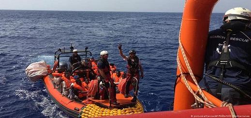 أكثر من 400 مهاجر عالقين على متن سفينتي إنقاذ في المتوسط