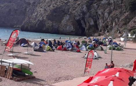 تخييم عشوائي في شاطئ كيمادو بالحسيمة يرغم السلطات على التدخل لإنهائه