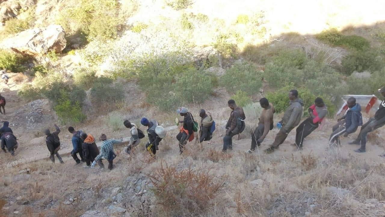 السلطات تلقي القبض على ازيد من 80 مهاجرا سريا كانوا مختبئين داخل كهف بتازغين