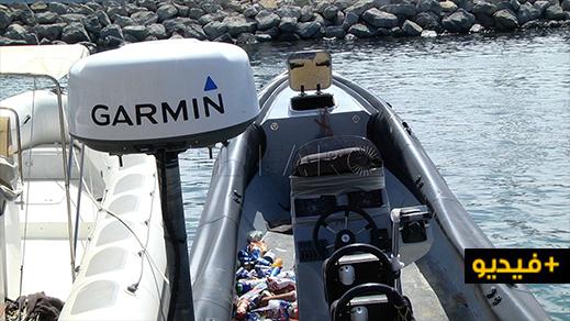 شاهدوا بالفيديو.. العثور على قارب مطاطي بمحركين كان يستعد لنقل مهاجرين الى الجنوب الإسباني