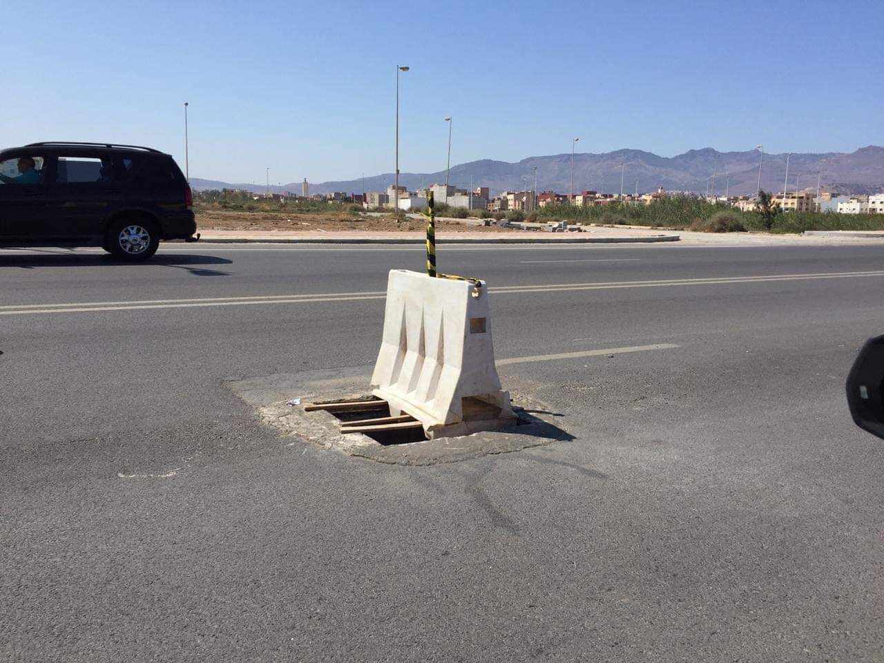 ناشط يحتج على البنية الطرقية المهترئة في الناظور بطريقة مثيرة