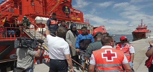 إنقاذ 67 مرشحا للهجرة كانوا على متن زورق معطل في عرض المتوسط