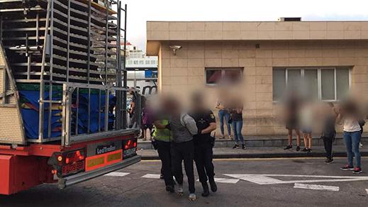 """شرطة مليلية تعلن توقيف أزيد من 100 """"حراك"""" حاولوا التسلل إلى الشاحنات المكلفة بنقل عتاد مدينة الملاهي إلى اسبانيا"""
