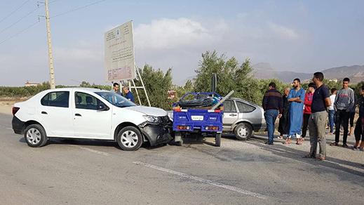 """الدريوش.. إصابة شخصين في حادث اصطدام سيارتين و """"تريبورطور"""" بميضار"""