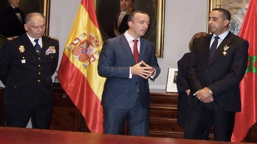 اسبانيا توشح الحموشي بوسام الصليب للاستحقاق للحرس المدني