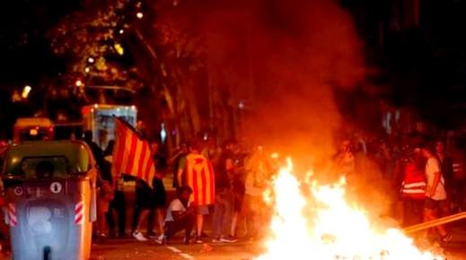 احتجاجات وأعمال شغب بكتالونيا بعد حكم القضاء الاسباني بسجن 9 من قادة الانفصال