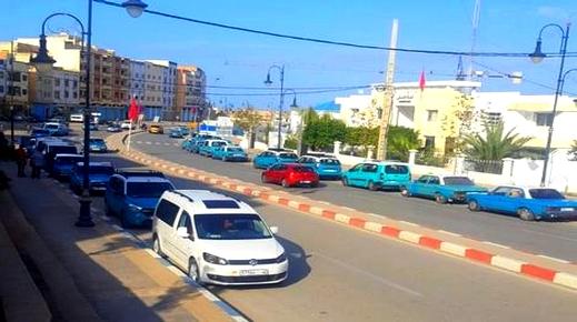 الحسيمة.. أرباب وسائقو سيارات الأجرة يحتجون ضد مضايقات الدرك الملكي بإمزورن