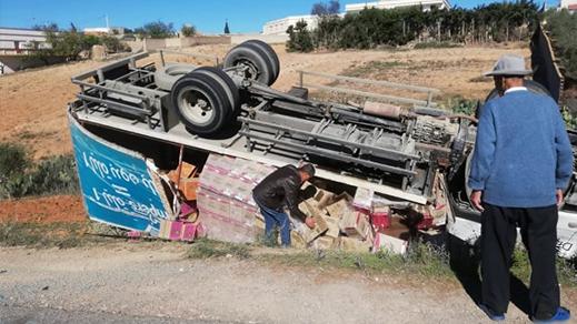 إصابة سائق ومرافقه بجروح خطيرة إثر إنقلاب شاحنتهما بضواحي تمسمان