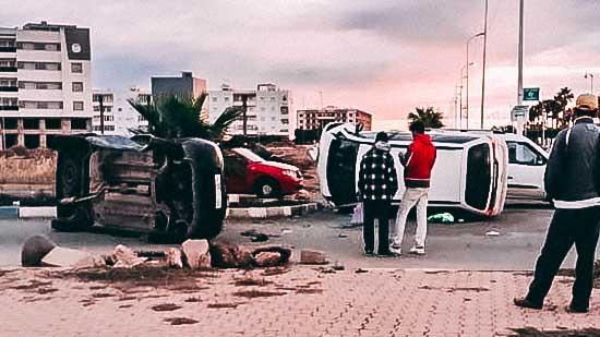 """نجاة ركاب سيارتين بأعجوبة في حادث مروع إثر اصطدامهما وانقلابهما بـ""""شارع 80"""" وسط الناظور"""