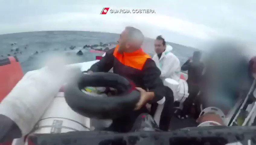شاهدوا بالفيديو..  لحظة إنقاذ طفلتين مغربيتين بعد غرق أمهما إثر إنقلاب قارب للمهاجرين