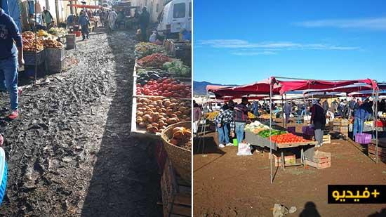 مواطنون يقتنون بضائعهم من وسط الأوحال بسوق خميس تمسمان