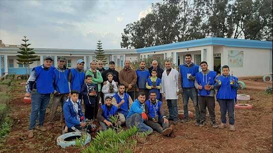 """حملة نظافة واسعة بأرجاء مدرسة """"بويلغمان"""" بالعروي تحسيسا بأهمية الحفاظ على البيئة"""