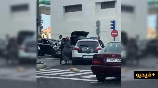 شاهدوا.. الشرطة الإسبانية توقف سيدة بعنف في معبر بني نصار بعد العثور داخل سيارتها على مواطنة لبنانية