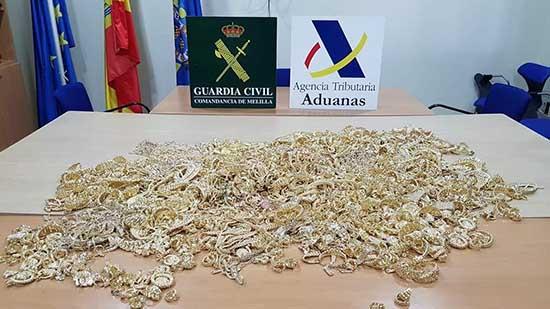 بالصور .. حجز كمية مهمة من الذهب بقيمة تناهز مليار سنتيم لدى مهاجر مغربي بمدينة مليلية