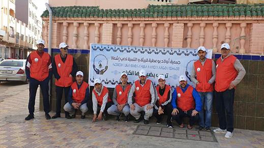 """الناظور: حملة لتحسيس ساكنة حي """"شعالة"""" باحترام مواقيت رمي الأزبال وإحكام إغلاق أكياسها"""