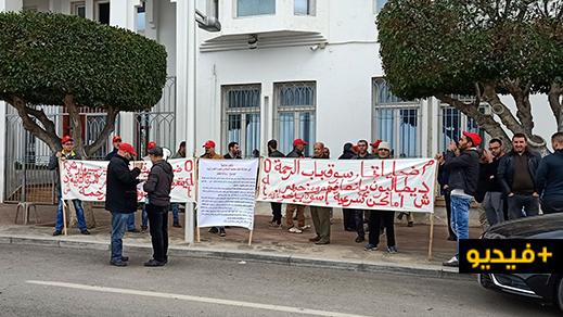 تجار باب الرحمة يواصلون احتجاجاتهم ويطالبون بالكشف عن دواعي عدم استفادتهم من بقعهم بسوق عاريض