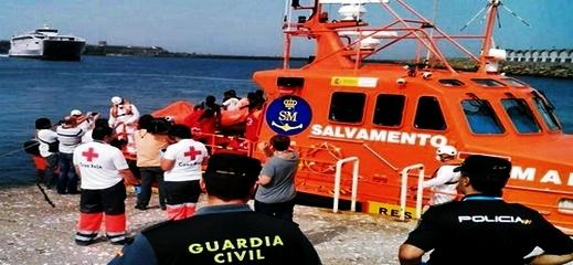 """البحرية الإسبانية تُنقذ مهاجرين مغاربة من موت محقق بسبب """"البرد"""" ونفاذ الوقود من قاربهم"""