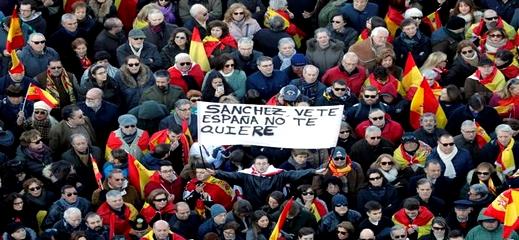"""إسبانيا.. حزب """"فوكس"""" اليميني المتطرف يتظاهر ضد حكومة سانشيز الائتلافية"""